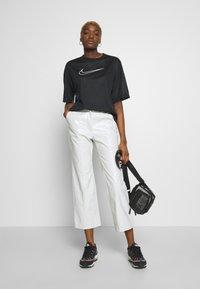 Nike Sportswear - W NSW - T-shirts med print - black/white - 1