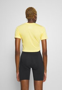 Nike Sportswear - W NSW TEE SLIM CROP LBR - Print T-shirt - topaz gold - 2