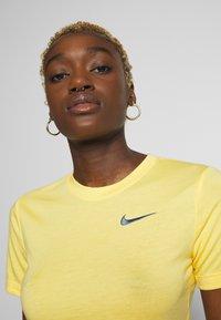 Nike Sportswear - W NSW TEE SLIM CROP LBR - Print T-shirt - topaz gold - 3