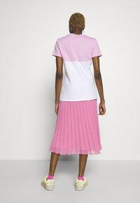 Nike Sportswear - T-shirts med print - pink rise/white - 2