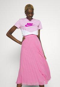 Nike Sportswear - T-shirts med print - pink rise/white - 3