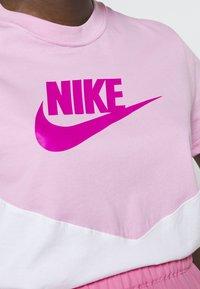 Nike Sportswear - T-shirts med print - pink rise/white - 5