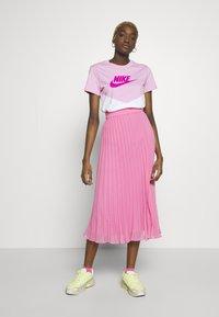 Nike Sportswear - T-shirts med print - pink rise/white - 1