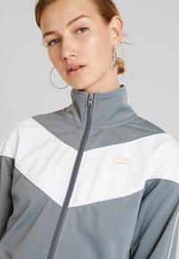 Nike Sportswear - W NSW HRTG TRCK JKT PK - Giacca sportiva - cool grey/white/echo pink - 4