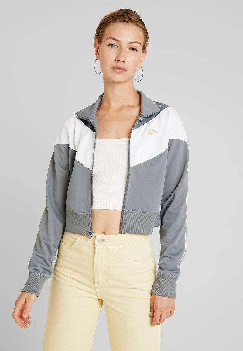 Nike Sportswear - W NSW HRTG TRCK JKT PK - Giacca sportiva - cool grey/white/echo pink