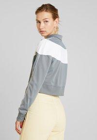 Nike Sportswear - W NSW HRTG TRCK JKT PK - Giacca sportiva - cool grey/white/echo pink - 2