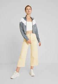 Nike Sportswear - W NSW HRTG TRCK JKT PK - Giacca sportiva - cool grey/white/echo pink - 1