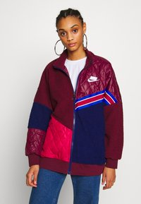 Nike Sportswear - Kort kåpe / frakk - night maroon/blue void/noble red/white - 0