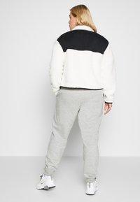 Nike Sportswear - W NSW FLC QZ PLUSH PLUS - Fleecegenser - pale ivory/black - 2