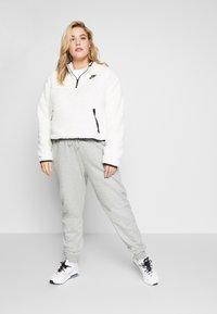 Nike Sportswear - W NSW FLC QZ PLUSH PLUS - Fleecegenser - pale ivory/black - 1