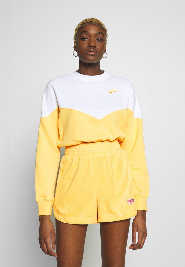 W NSW HRTG CREW FLC - Sweatshirt - topaz gold/white