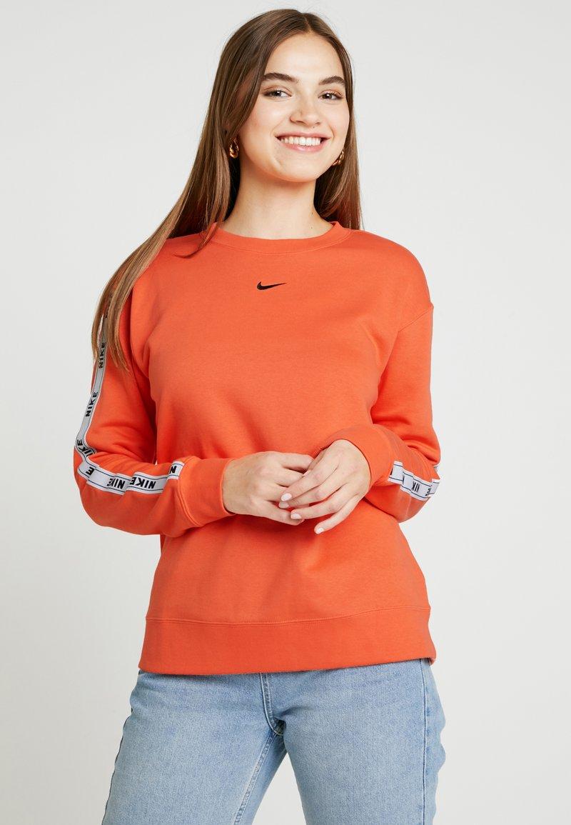 Nike Sportswear - CREW LOGO TAPE - Sweatshirt - turf orange/black