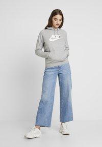 Nike Sportswear - HOODIE - Jersey con capucha - dark grey heather/white - 1