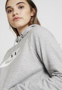 Nike Sportswear - HOODIE - Jersey con capucha - dark grey heather/white - 4