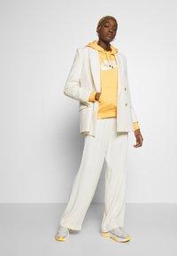 Nike Sportswear - HOODIE - Bluza z kapturem - topaz gold/white - 1