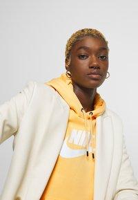 Nike Sportswear - HOODIE - Bluza z kapturem - topaz gold/white - 4