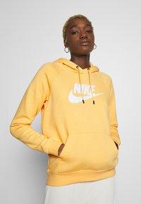 Nike Sportswear - HOODIE - Bluza z kapturem - topaz gold/white - 0