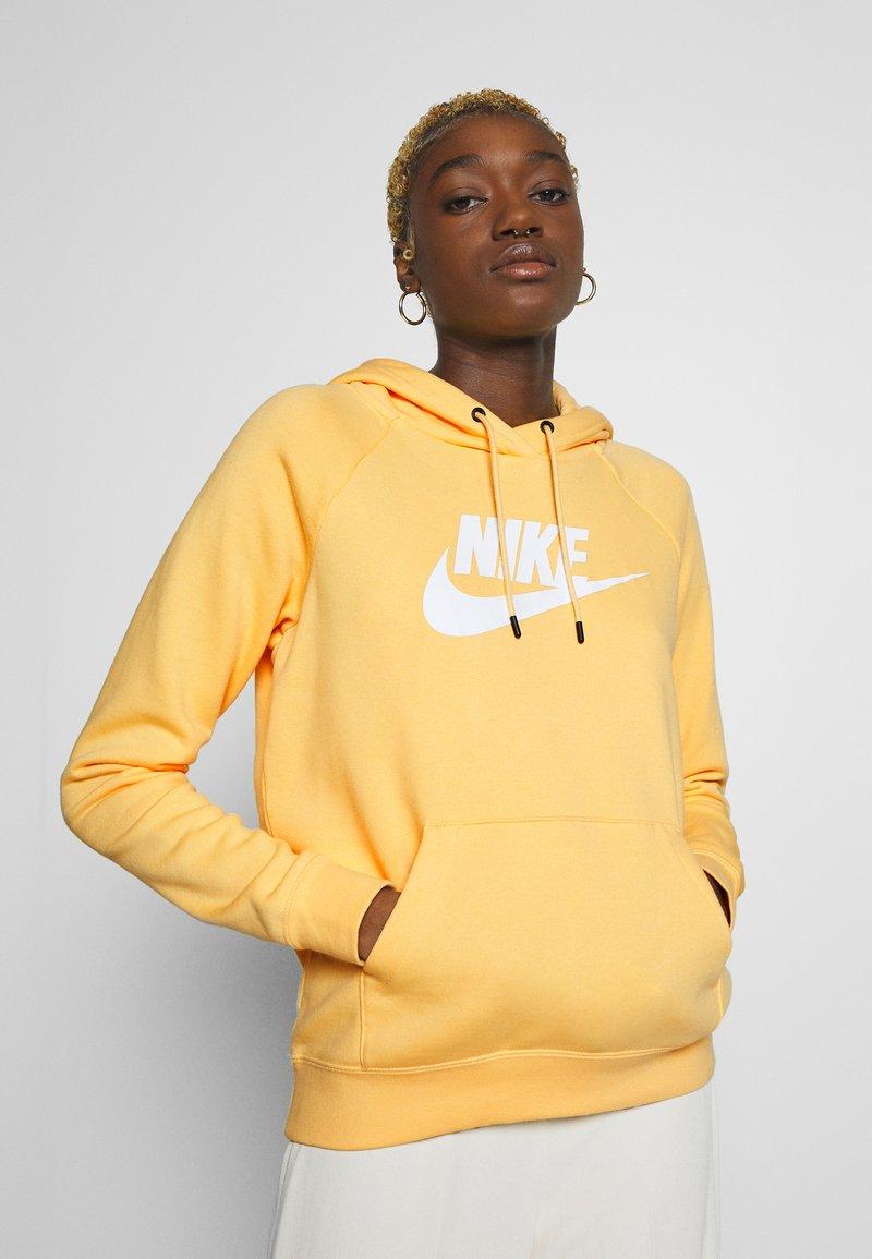 Nike Sportswear - HOODIE - Bluza z kapturem - topaz gold/white