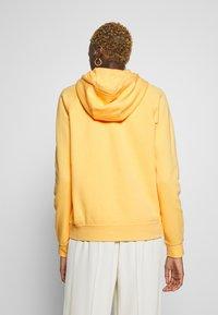 Nike Sportswear - HOODIE - Bluza z kapturem - topaz gold/white - 2