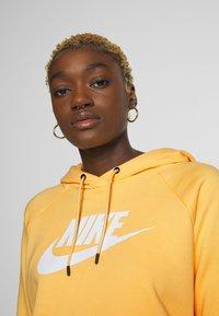 Nike Sportswear - HOODIE - Bluza z kapturem - topaz gold/white - 3