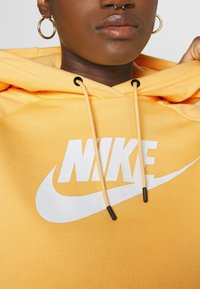 Nike Sportswear - HOODIE - Bluza z kapturem - topaz gold/white - 6