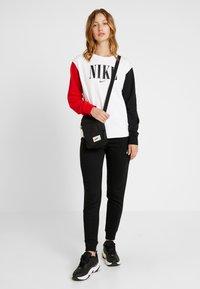 Nike Sportswear - CREW FT HBR - Sweatshirt - white/university red/black - 1