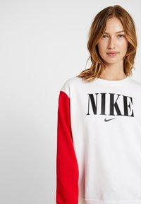 Nike Sportswear - CREW FT HBR - Sweatshirt - white/university red/black - 3