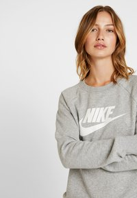 Nike Sportswear - CREW - Bluza - grey heather/white - 3