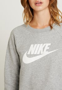 Nike Sportswear - CREW - Bluza - grey heather/white - 5