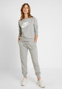 Nike Sportswear - CREW - Bluza - grey heather/white - 1