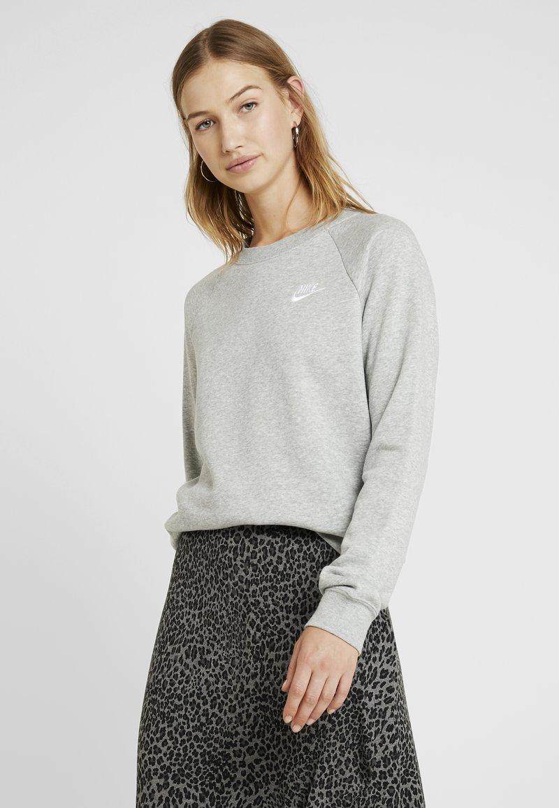 Nike Sportswear - W NSW ESSNTL CREW FLC - Sweatshirt - grey heather/white