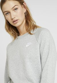 Nike Sportswear - W NSW ESSNTL CREW FLC - Sweatshirt - grey heather/white - 4