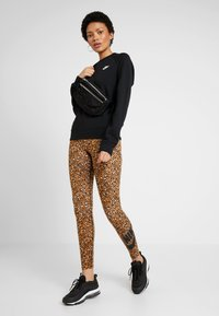 Nike Sportswear - W NSW ESSNTL CREW FLC - Sweatshirt - black/white - 1