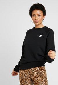 Nike Sportswear - W NSW ESSNTL CREW FLC - Sweatshirt - black/white - 0