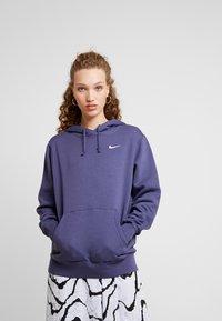 Nike Sportswear - W NSW HOODIE FLC TREND - Bluza z kapturem - sanded purple/white - 0