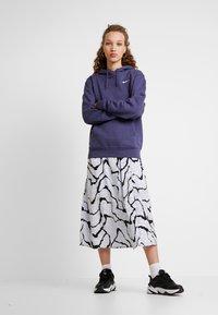 Nike Sportswear - W NSW HOODIE FLC TREND - Bluza z kapturem - sanded purple/white - 1