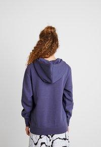 Nike Sportswear - W NSW HOODIE FLC TREND - Bluza z kapturem - sanded purple/white - 2