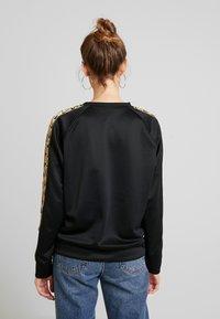Nike Sportswear - CREW LOGO TAPE - Sweatshirt - black/metallic gold - 2