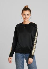 Nike Sportswear - CREW LOGO TAPE - Sweatshirt - black/metallic gold - 0