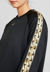 Nike Sportswear - CREW LOGO TAPE - Sweatshirt - black/metallic gold - 4