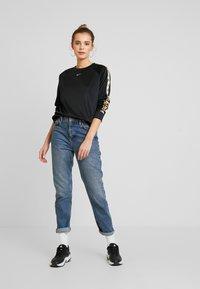 Nike Sportswear - CREW LOGO TAPE - Sweatshirt - black/metallic gold - 1