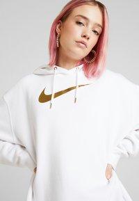 Nike Sportswear - Felpa con cappuccio - white/gold - 3