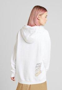 Nike Sportswear - Felpa con cappuccio - white/gold - 2