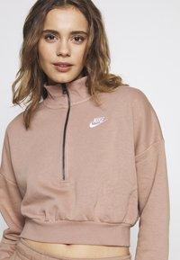 Nike Sportswear - Mikina - desert dust/(white) - 4