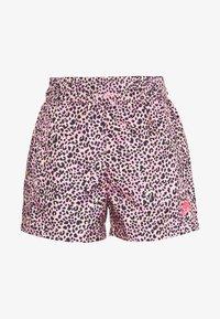 Nike Sportswear - W NSW AOP WVN PRNT PACK SHORT - Shorts - pink - 0