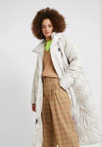 Nike Sportswear - FILL - Veste d'hiver - desert sand/pale ivory/black - 4