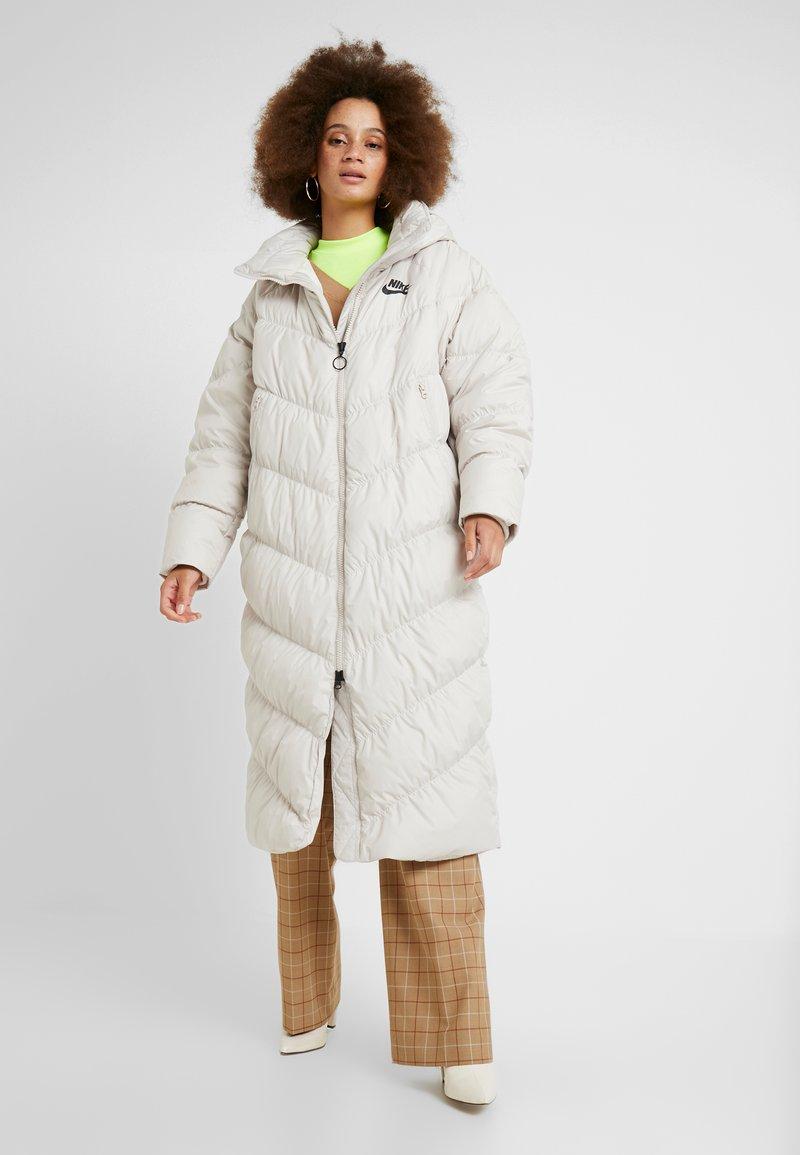 Nike Sportswear - FILL - Veste d'hiver - desert sand/pale ivory/black