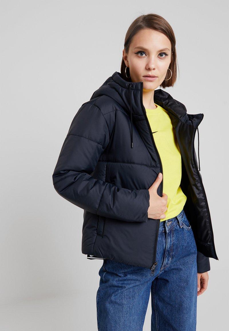 Nike Sportswear - FILL - Chaqueta de entretiempo - black/white
