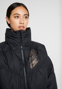 Nike Sportswear - FILL SHINE - Dunjacka - black/gold - 5