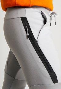 Nike Sportswear - TECH - Jogginghose - smoke grey/pure platinum - 4